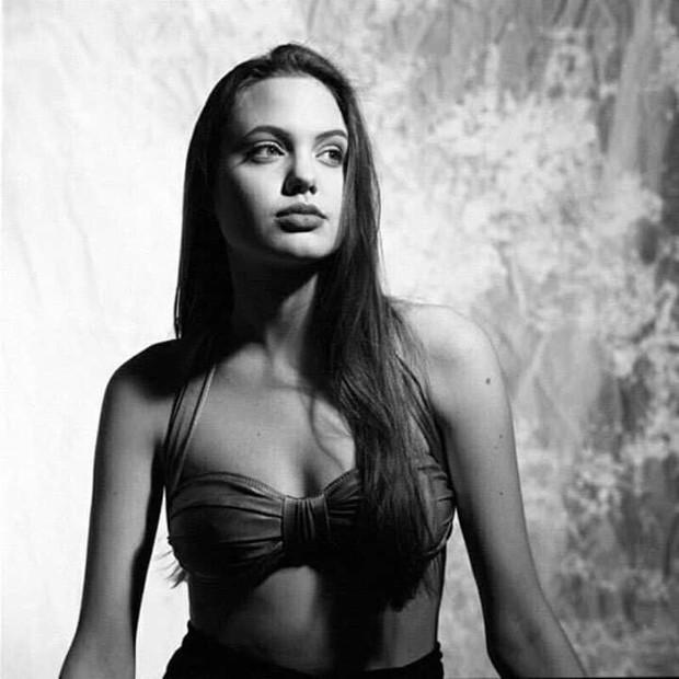 Hot trở lại bộ ảnh năm 16 tuổi xinh đẹp ngút ngàn của Angelina Jolie: Thế này bảo sao Brad Pitt từng mê như điếu đổ! - Ảnh 4.