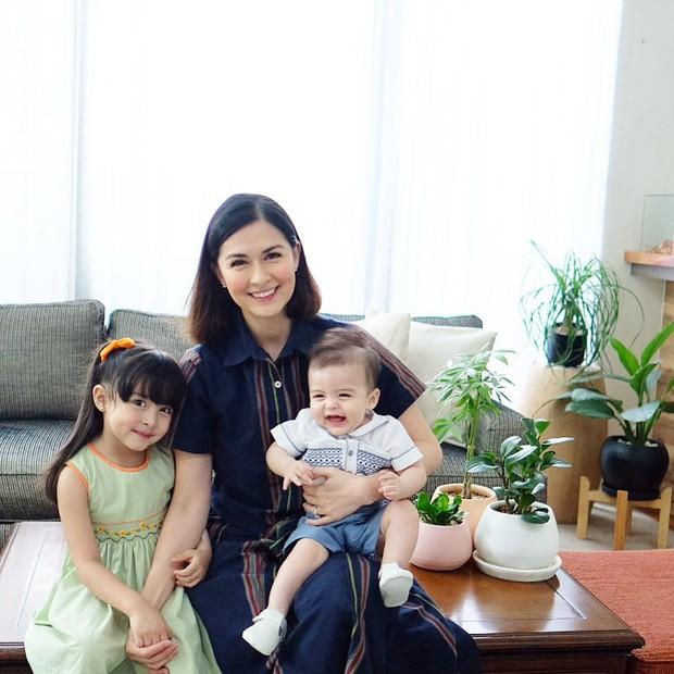 Mỹ nhân đẹp nhất Philippines đăng ảnh 3 mẹ con cổ vũ bố nơi phương xa, gia đình hạnh phúc nhất showbiz là đây chứ đâu - Ảnh 1.