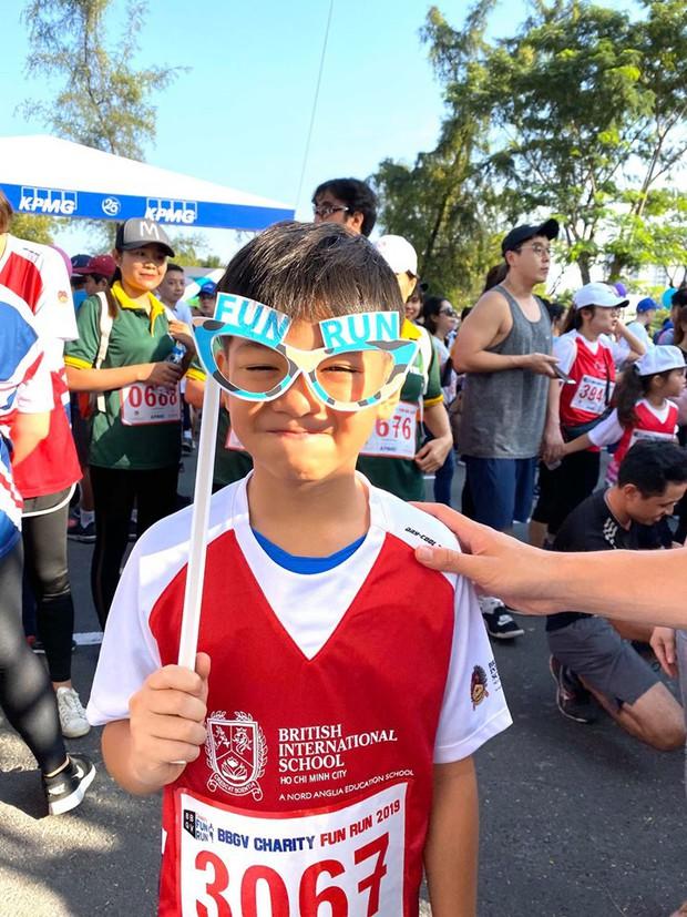 Màn đụng độ lần đầu tiên của Cường Đô La và Kim Lý, cùng đưa Subeo đi chạy marathon gây quỹ từ thiện - Ảnh 3.
