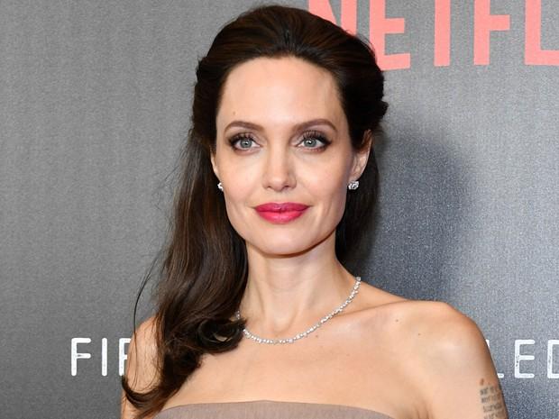 Hot trở lại bộ ảnh năm 16 tuổi xinh đẹp ngút ngàn của Angelina Jolie: Thế này bảo sao Brad Pitt từng mê như điếu đổ! - Ảnh 5.