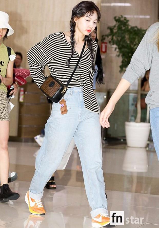 """Quần """"jeans của ông"""" nhìn thì chán mà lại là trào lưu ăn diện của loạt sao Hàn và IT girl, bạn khó có thể làm ngơ - Ảnh 8."""
