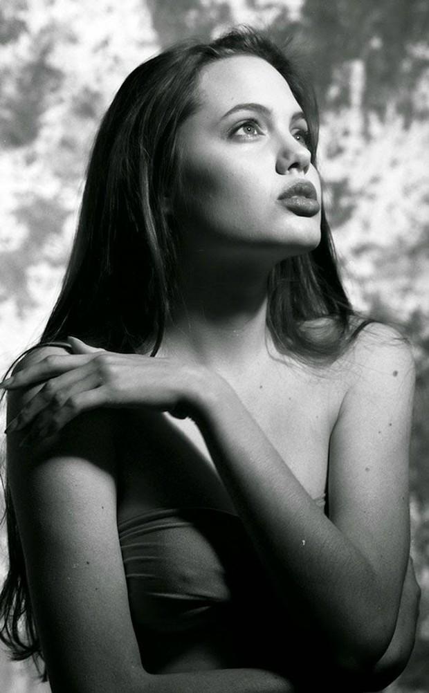 Hot trở lại bộ ảnh năm 16 tuổi xinh đẹp ngút ngàn của Angelina Jolie: Thế này bảo sao Brad Pitt từng mê như điếu đổ! - Ảnh 2.