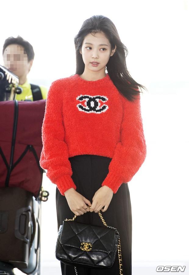 Màn đọ sắc bất ngờ của 2 mỹ nhân BLACKPINK ở sân bay: Jennie như tiểu thư tài phiệt, Rosé bất chấp cả góc dìm hàng - Ảnh 9.
