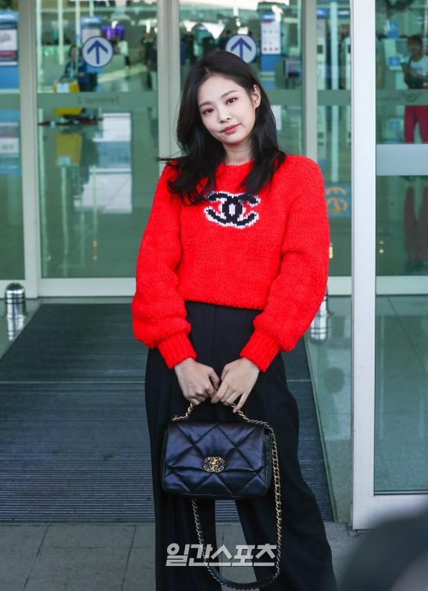 Màn đọ sắc bất ngờ của 2 mỹ nhân BLACKPINK ở sân bay: Jennie như tiểu thư tài phiệt, Rosé bất chấp cả góc dìm hàng - Ảnh 11.