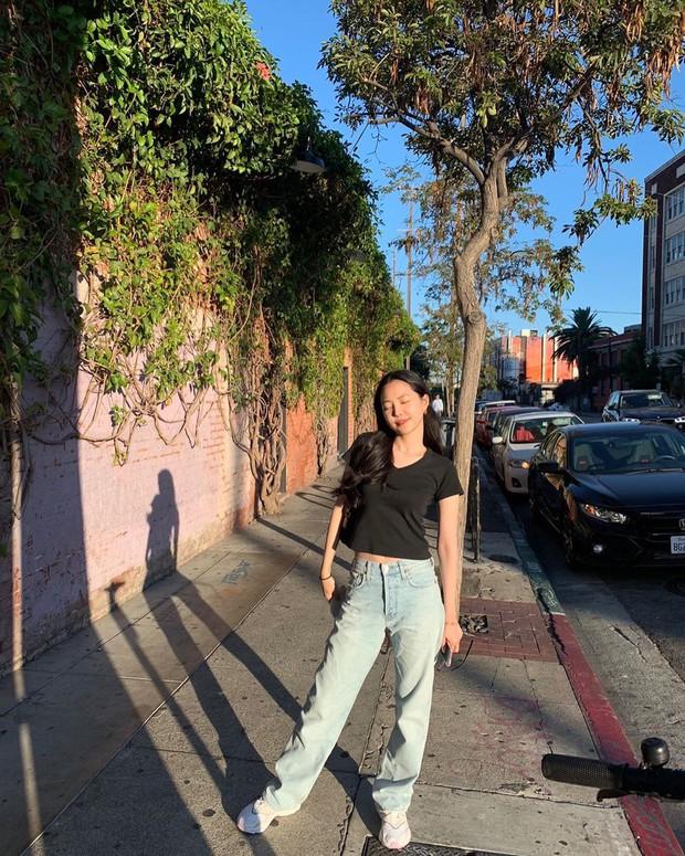 """Quần """"jeans của ông"""" nhìn thì chán mà lại là trào lưu ăn diện của loạt sao Hàn và IT girl, bạn khó có thể làm ngơ - Ảnh 1."""