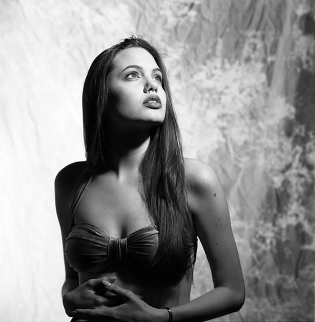 Hot trở lại bộ ảnh năm 16 tuổi xinh đẹp ngút ngàn của Angelina Jolie: Thế này bảo sao Brad Pitt từng mê như điếu đổ! - Ảnh 1.