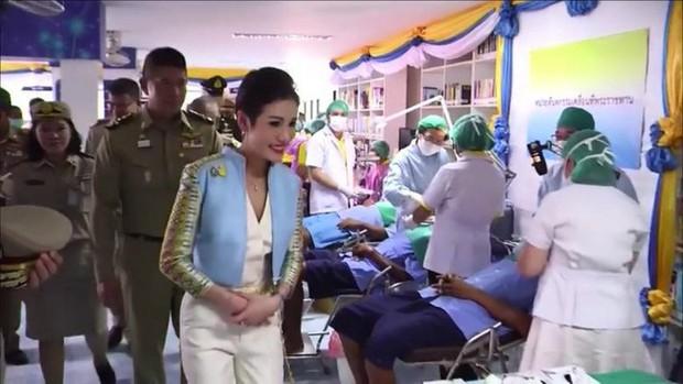 Trong khi Hoàng quý phi lẻ loi đi sự kiện một mình, Hoàng hậu Thái Lan lại vui vẻ, sánh vai tình cảm với nhà vua thế này đây - Ảnh 1.
