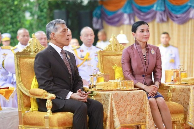 Trong khi Hoàng quý phi lẻ loi đi sự kiện một mình, Hoàng hậu Thái Lan lại vui vẻ, sánh vai tình cảm với nhà vua thế này đây - Ảnh 2.