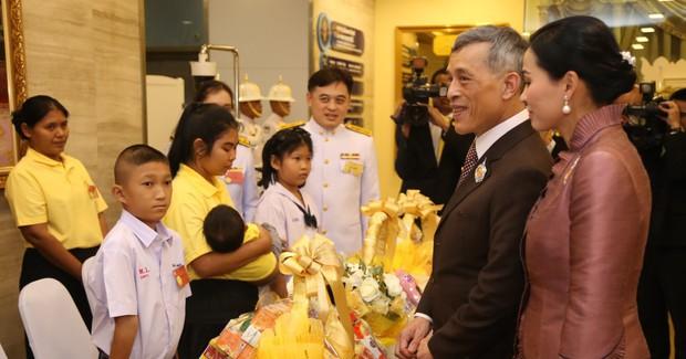 Trong khi Hoàng quý phi lẻ loi đi sự kiện một mình, Hoàng hậu Thái Lan lại vui vẻ, sánh vai tình cảm với nhà vua thế này đây - Ảnh 3.
