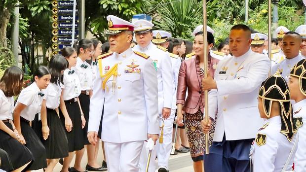 Trong khi Hoàng quý phi lẻ loi đi sự kiện một mình, Hoàng hậu Thái Lan lại vui vẻ, sánh vai tình cảm với nhà vua thế này đây - Ảnh 4.