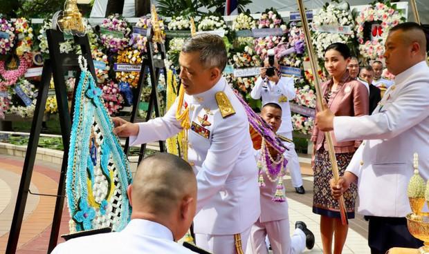 Trong khi Hoàng quý phi lẻ loi đi sự kiện một mình, Hoàng hậu Thái Lan lại vui vẻ, sánh vai tình cảm với nhà vua thế này đây - Ảnh 5.