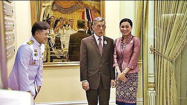 Trong khi Hoàng quý phi lẻ loi đi sự kiện một mình, Hoàng hậu Thái Lan lại vui vẻ, sánh vai tình cảm với nhà vua thế này đây - Ảnh 6.