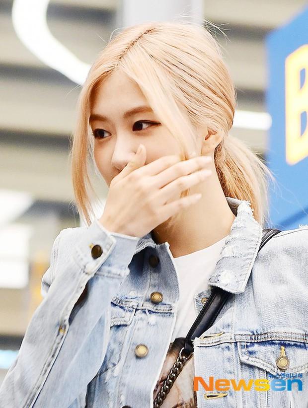 Màn đọ sắc bất ngờ của 2 mỹ nhân BLACKPINK ở sân bay: Jennie như tiểu thư tài phiệt, Rosé bất chấp cả góc dìm hàng - Ảnh 6.
