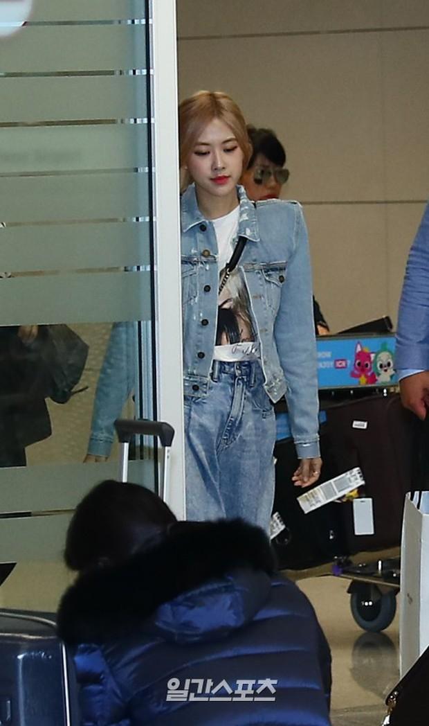 Màn đọ sắc bất ngờ của 2 mỹ nhân BLACKPINK ở sân bay: Jennie như tiểu thư tài phiệt, Rosé bất chấp cả góc dìm hàng - Ảnh 1.
