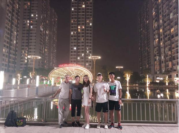 Hạnh phúc như bạn gái Đình Trọng: Được cả gia đình bạn trai ở bên cùng đón sinh nhật - Ảnh 1.