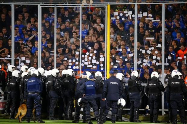 Cảnh sát cho dừng trận đấu đột ngột, CLB của Công Phượng đối diện án phạt nặng vì CĐV quậy phá - Ảnh 1.