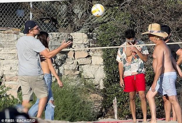 Bắt gặp Leonardo DiCaprio chơi bóng chuyền bãi biển, vẻ ngoài ông chú bụng bia đối lập với body siêu đỉnh của bạn gái - Ảnh 6.