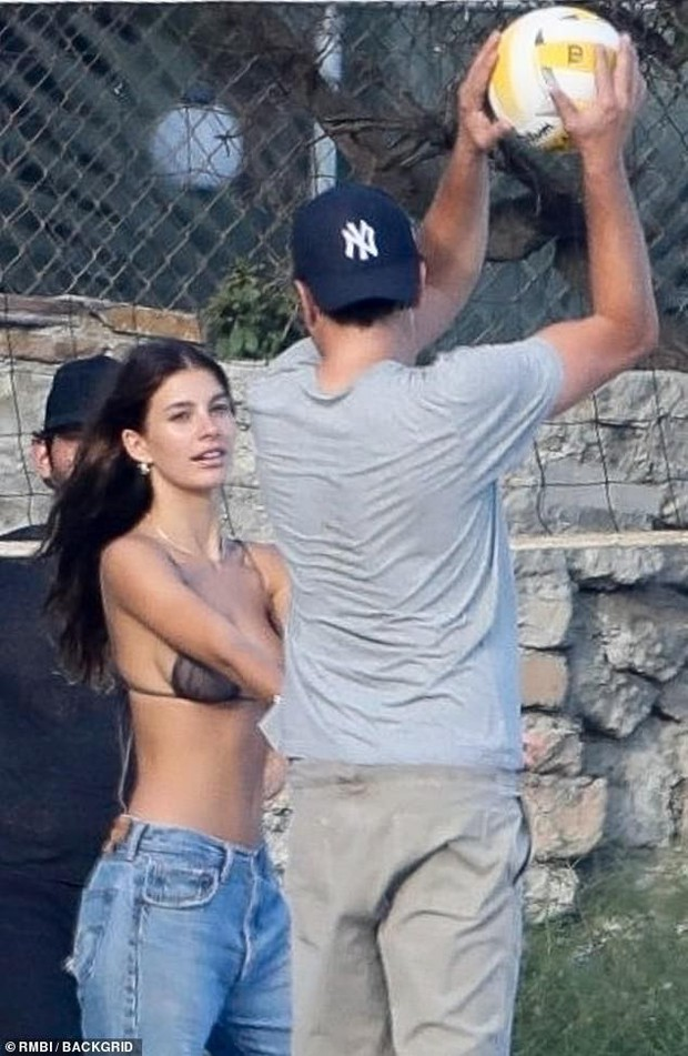 Bắt gặp Leonardo DiCaprio chơi bóng chuyền bãi biển, vẻ ngoài ông chú bụng bia đối lập với body siêu đỉnh của bạn gái - Ảnh 5.