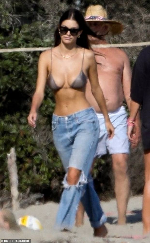 Bắt gặp Leonardo DiCaprio chơi bóng chuyền bãi biển, vẻ ngoài ông chú bụng bia đối lập với body siêu đỉnh của bạn gái - Ảnh 2.