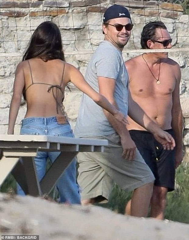 Bắt gặp Leonardo DiCaprio chơi bóng chuyền bãi biển, vẻ ngoài ông chú bụng bia đối lập với body siêu đỉnh của bạn gái - Ảnh 4.