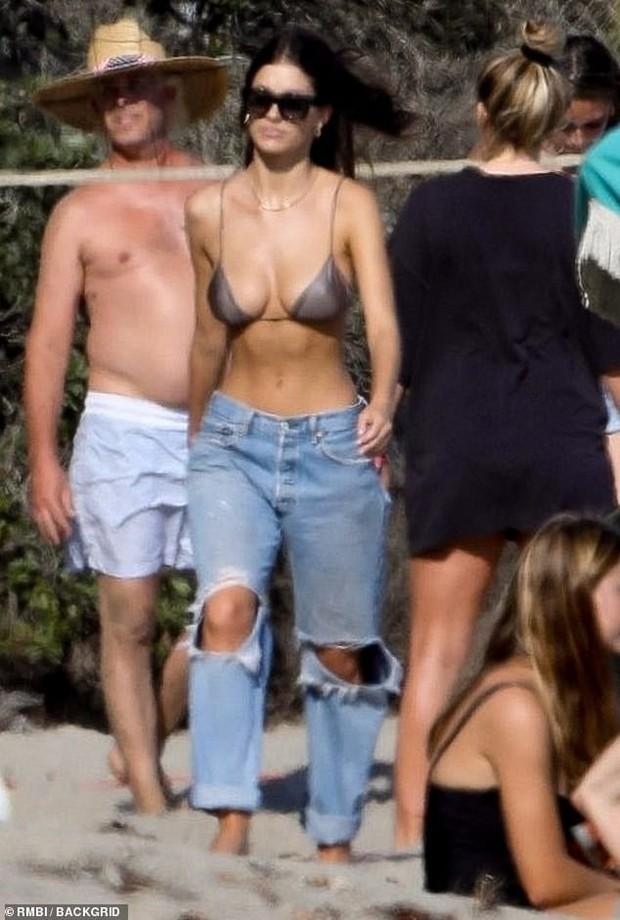 Bắt gặp Leonardo DiCaprio chơi bóng chuyền bãi biển, vẻ ngoài ông chú bụng bia đối lập với body siêu đỉnh của bạn gái - Ảnh 3.