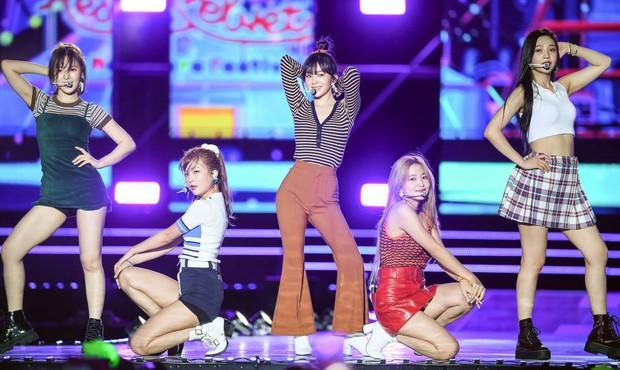 Để Wendy diện váy siêu ngắn đến hớ hênh trên sân khấu, stylist của Red Velvet lại khiến netizen sôi máu - Ảnh 1.