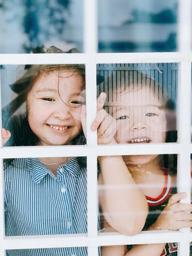 Tan chảy trước biểu cảm đáng yêu 2 nhóc tỳ nhà Elly Trần: Candie đã lớn trông thấy, ngày càng ra dáng tiểu mỹ nhân! - Ảnh 1.