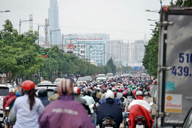 Hàng loạt tuyến đường cửa ngõ Sài Gòn tắc nghẽn kinh hoàng trong ngày làm việc đầu tiên sau kỳ nghỉ lễ - Ảnh 5.