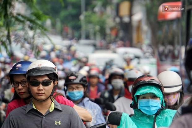 Hàng loạt tuyến đường cửa ngõ Sài Gòn tắc nghẽn kinh hoàng trong ngày làm việc đầu tiên sau kỳ nghỉ lễ - Ảnh 4.
