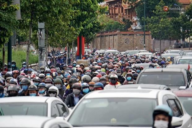 Hàng loạt tuyến đường cửa ngõ Sài Gòn tắc nghẽn kinh hoàng trong ngày làm việc đầu tiên sau kỳ nghỉ lễ - Ảnh 8.