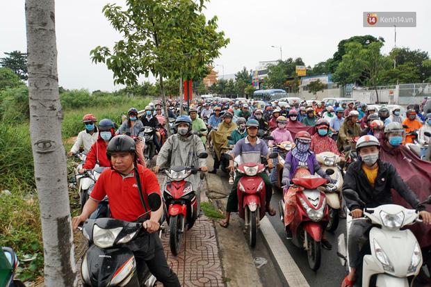Hàng loạt tuyến đường cửa ngõ Sài Gòn tắc nghẽn kinh hoàng trong ngày làm việc đầu tiên sau kỳ nghỉ lễ - Ảnh 7.