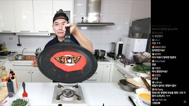 Đầu bếp fan cuồng Faker: Siêu đẹp trai, nổi tiếng Hàn Quốc vừa livestream làm hamburger cực đẹp mừng SKT vô địch LCK - Ảnh 1.