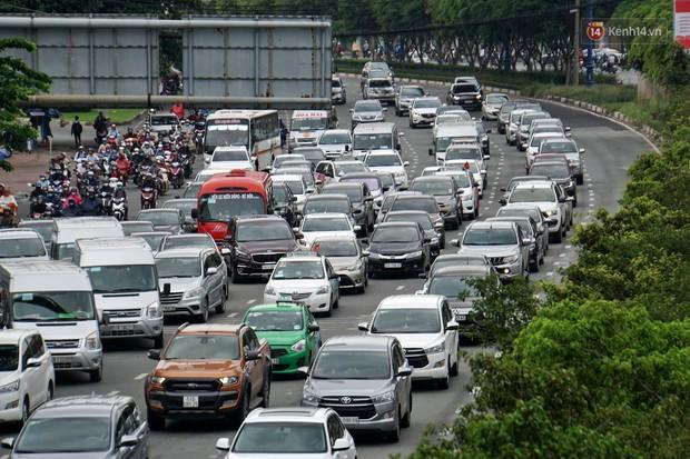 Hàng loạt tuyến đường cửa ngõ Sài Gòn tắc nghẽn kinh hoàng trong ngày làm việc đầu tiên sau kỳ nghỉ lễ - Ảnh 2.