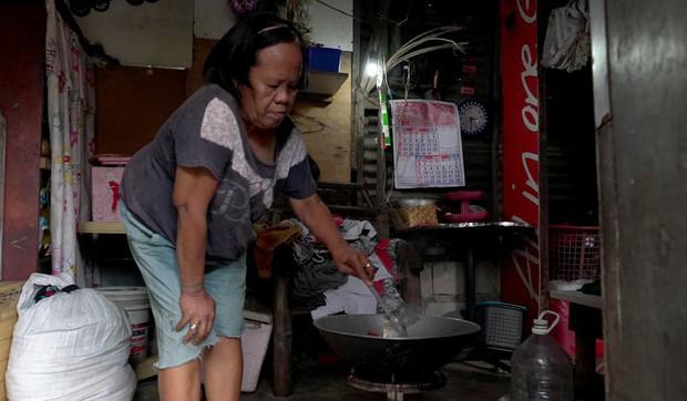 """Bữa tiệc """"thịnh soạn"""" của dân xóm ổ chuột: Những miếng thịt thừa từ bãi rác thành bữa ăn có thịt cho người nghèo - Ảnh 6."""