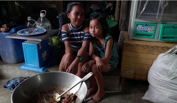 """Bữa tiệc """"thịnh soạn"""" của dân xóm ổ chuột: Những miếng thịt thừa từ bãi rác thành bữa ăn có thịt cho người nghèo - Ảnh 7."""