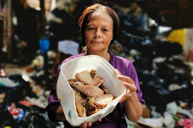 """Bữa tiệc """"thịnh soạn"""" của dân xóm ổ chuột: Những miếng thịt thừa từ bãi rác thành bữa ăn có thịt cho người nghèo - Ảnh 1."""