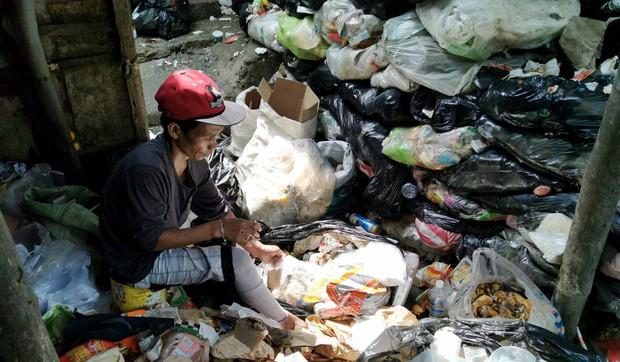 """Bữa tiệc """"thịnh soạn"""" của dân xóm ổ chuột: Những miếng thịt thừa từ bãi rác thành bữa ăn có thịt cho người nghèo - Ảnh 3."""