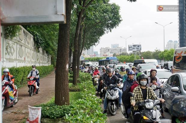 Hàng loạt tuyến đường cửa ngõ Sài Gòn tắc nghẽn kinh hoàng trong ngày làm việc đầu tiên sau kỳ nghỉ lễ - Ảnh 6.
