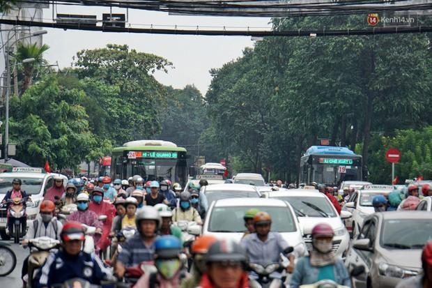 Hàng loạt tuyến đường cửa ngõ Sài Gòn tắc nghẽn kinh hoàng trong ngày làm việc đầu tiên sau kỳ nghỉ lễ - Ảnh 3.
