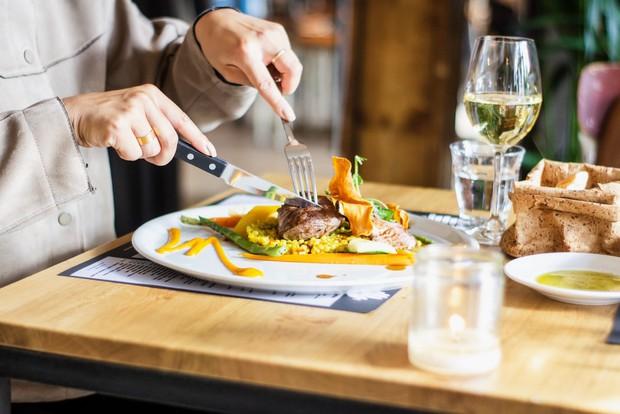 """Những quy tắc ngầm tuy không ai bảo nhưng bạn vẫn nên biết để không bị """"kém sang"""" khi dùng bữa ở các nhà hàng cao cấp - Ảnh 5."""