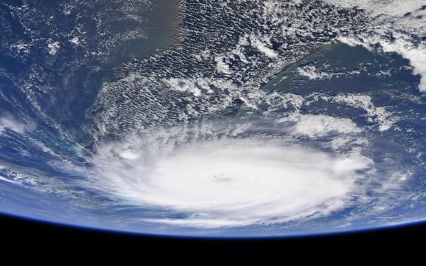 NASA công bố những hình ảnh khủng khiếp về Dorian, siêu bão lớn thứ 2 trong lịch sử - Ảnh 1.