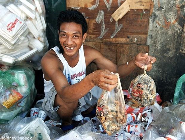 """Bữa tiệc """"thịnh soạn"""" của dân xóm ổ chuột: Những miếng thịt thừa từ bãi rác thành bữa ăn có thịt cho người nghèo - Ảnh 2."""