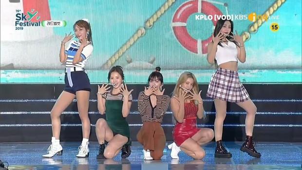 Để Wendy diện váy siêu ngắn đến hớ hênh trên sân khấu, stylist của Red Velvet lại khiến netizen sôi máu - Ảnh 2.