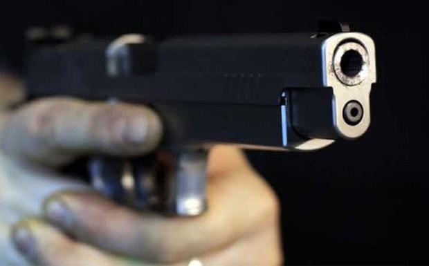 Nghịch súng, bảo vệ cơ sở cai nghiện bắn đồng nghiệp nguy kịch - Ảnh 1.