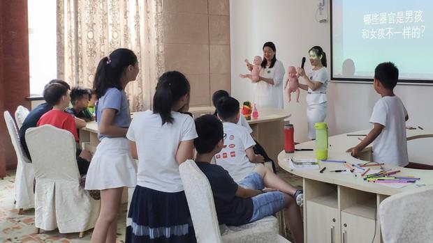 Lớp giáo dục giới tính cho trẻ tiểu học ở Trung Quốc: Trẻ được dạy sinh động về bộ phận sinh dục, quan hệ tình dục và cách ngăn chặn ấu dâm - Ảnh 1.