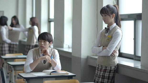 """Kiếp trước Kim So Hyun """"giải cứu thế giới"""" hay sao mà toàn được đóng phim với idol mỹ nam thế này? - Ảnh 14."""