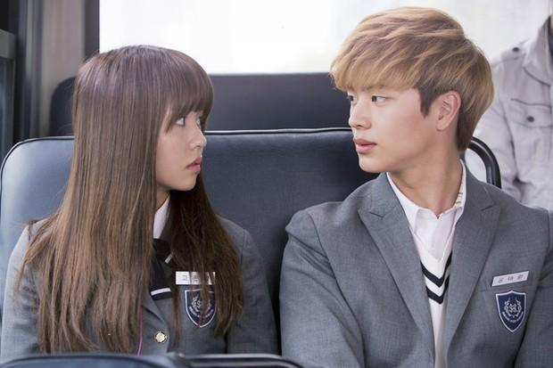 """Kiếp trước Kim So Hyun """"giải cứu thế giới"""" hay sao mà toàn được đóng phim với idol mỹ nam thế này? - Ảnh 4."""