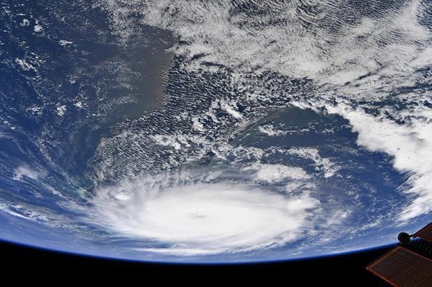 NASA công bố những hình ảnh khủng khiếp về Dorian, siêu bão lớn thứ 2 trong lịch sử - Ảnh 5.