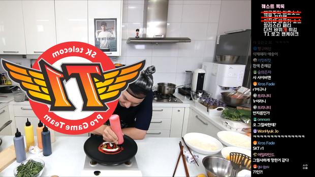 Đầu bếp fan cuồng Faker: Siêu đẹp trai, nổi tiếng Hàn Quốc vừa livestream làm hamburger cực đẹp mừng SKT vô địch LCK - Ảnh 5.