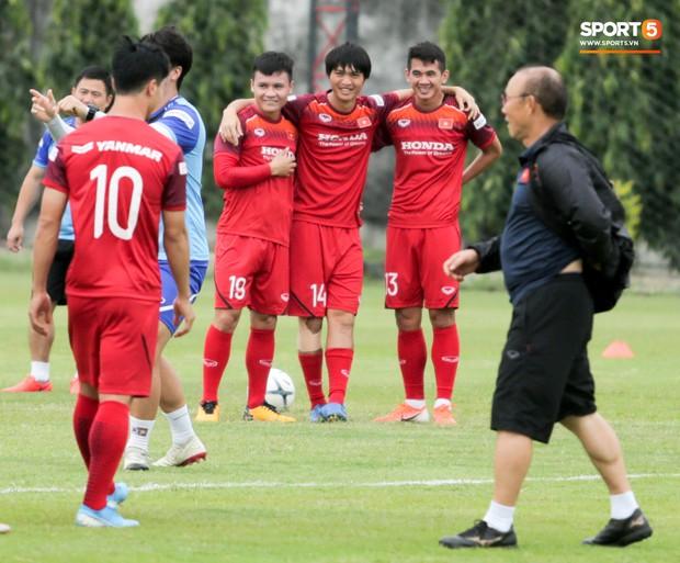 Văn Toàn đuổi đồng đội trong trò chơi cực dễ gây mất tình anh em ở tuyển Việt Nam - Ảnh 11.